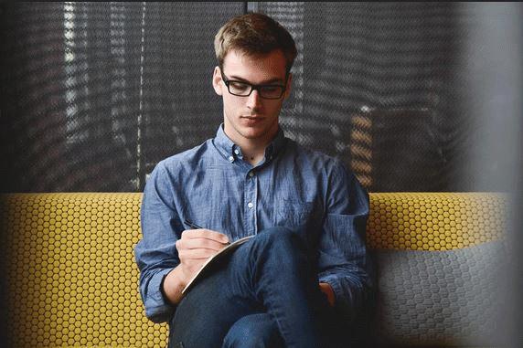 Junger Mann studiert Unterlagen