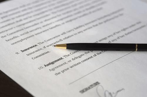 Vertragspapier und Stift