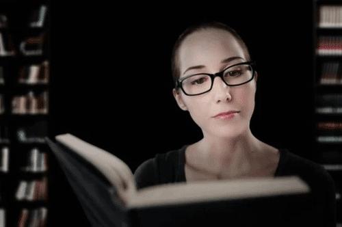 Zufriedene Leserin betrachtet Buch